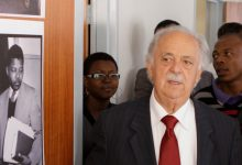 Photo of George Bizos, avocat anti-apartheid qui a défendu Mandela, décède à 92 ans